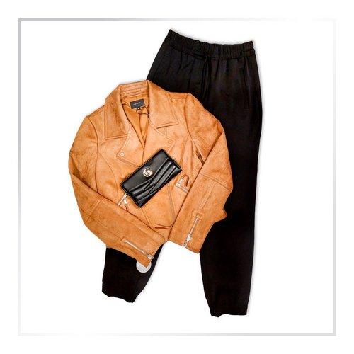 Usnjena jakna + športno elegantne hlače + elegantna torbica = super kombinacija! 😉 🔝 . . . #supernova...